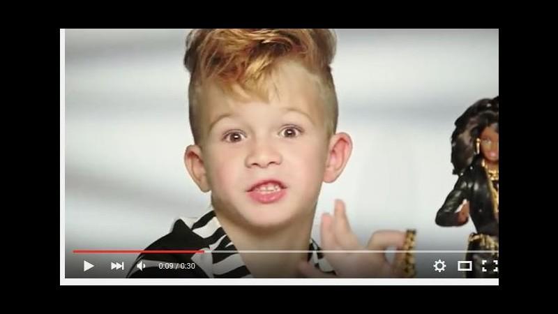 Barbie lancia la prima pubblicità con un bambino maschio