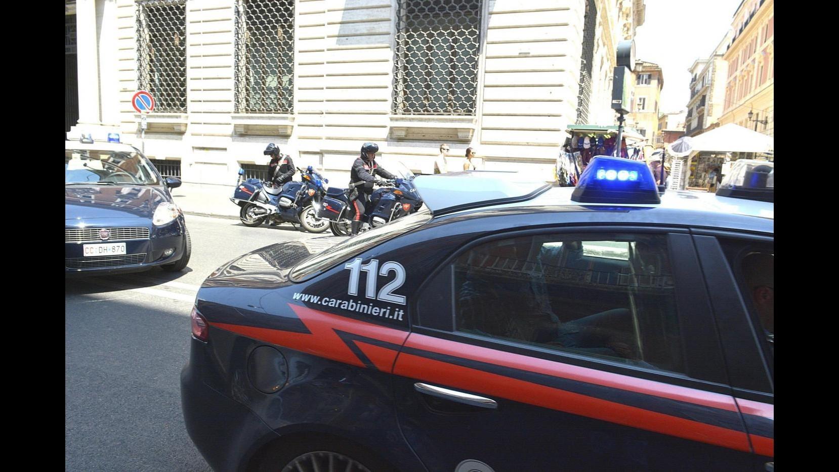 Torino, aggredisce carabinieri con calci e pugni: fermato 44enne