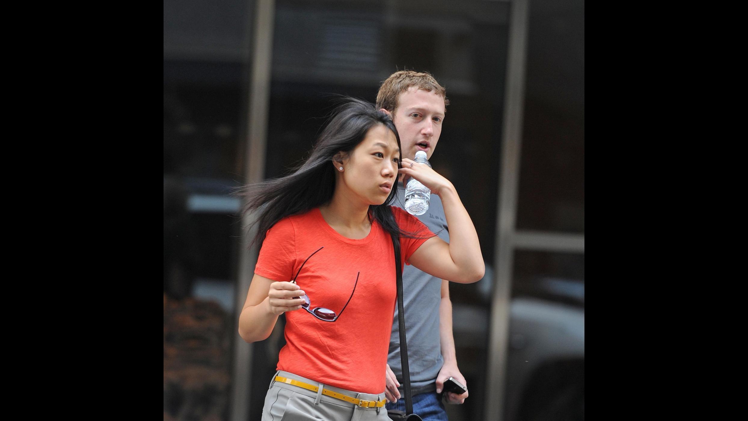 """Zuckerberg diventa papà e annuncia: """"Donerò 99% azioni Facebook"""""""
