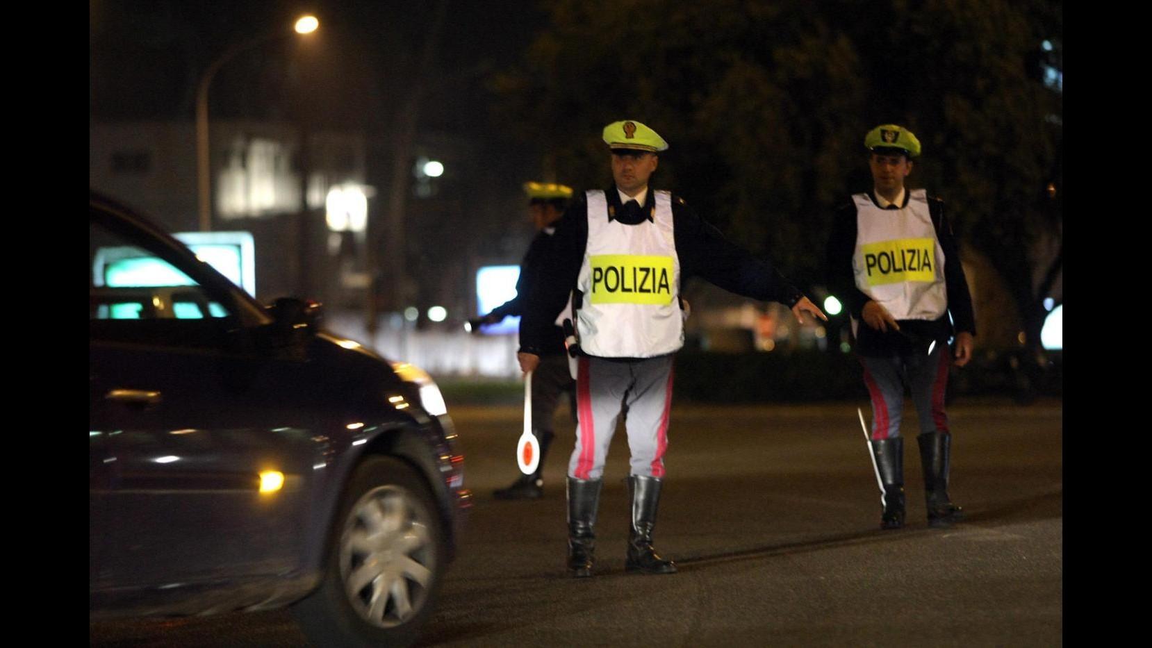 Milano, autista derubato mentre cambia una ruota: arrestato ladro