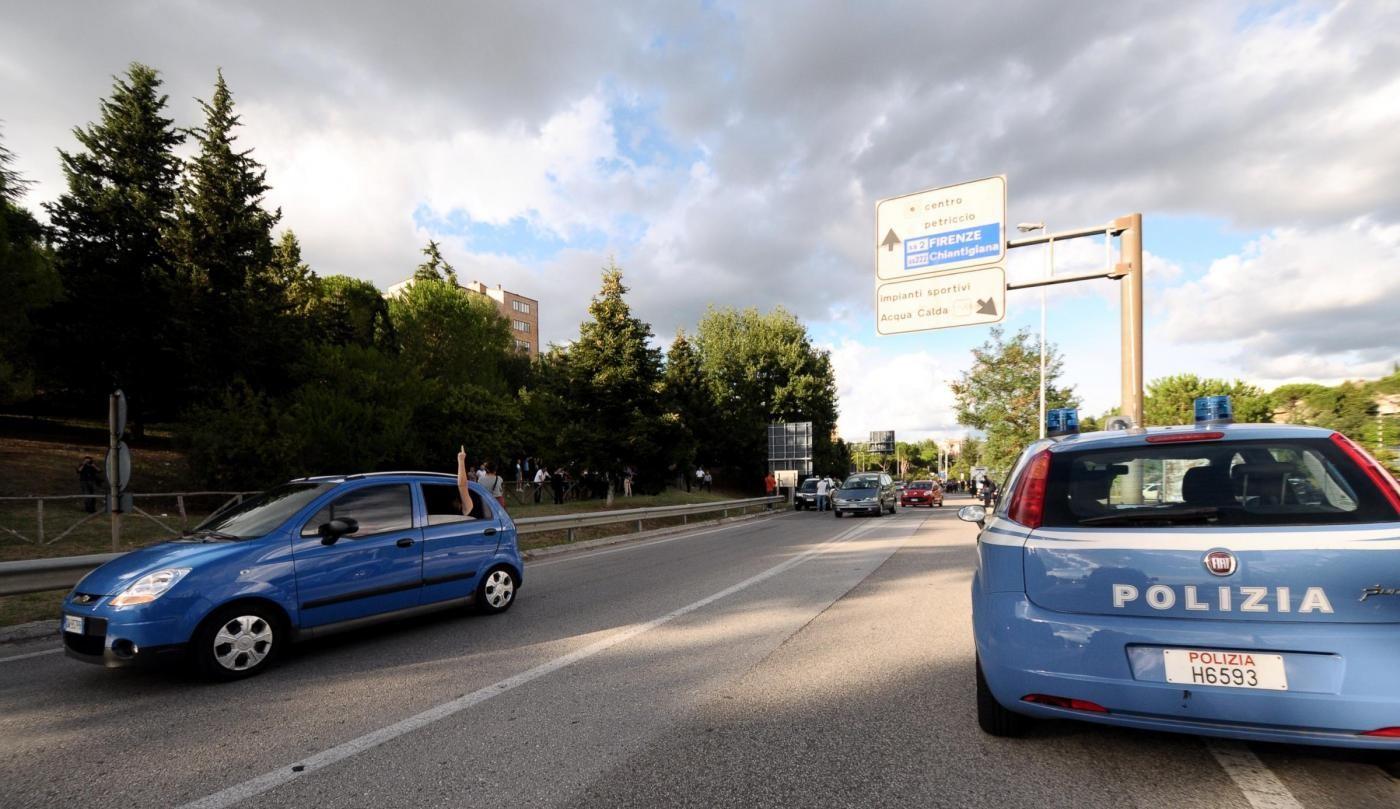 Milano, automobile rubata data alle fiamme in via Neera