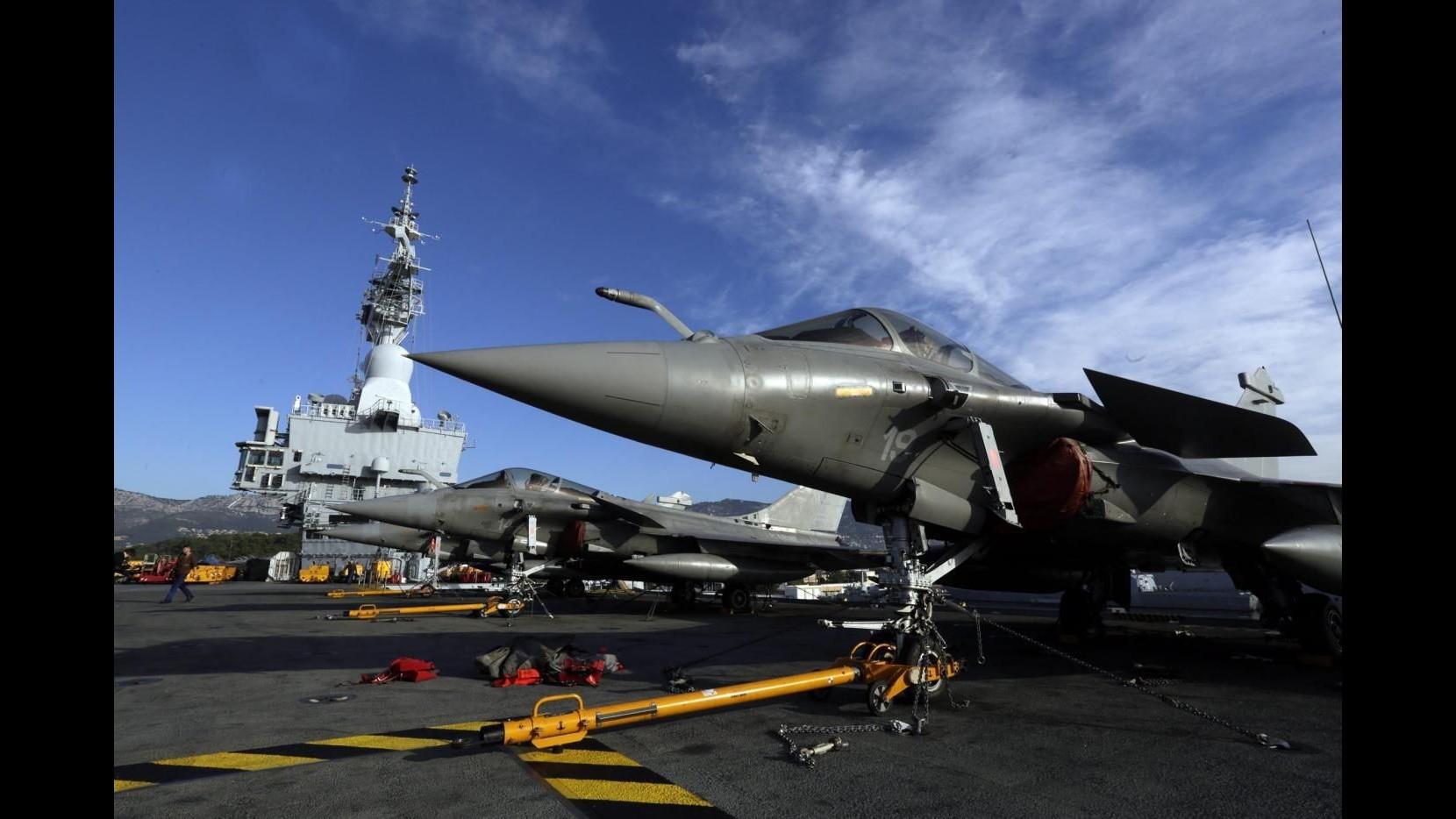 Isis, oggi Hollande in visita su portaerei Charles de Gaulle