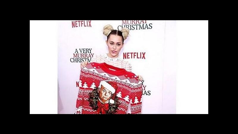 Miley Cyrus: look eccentrico e selfie per 'A very Murray Christmas'