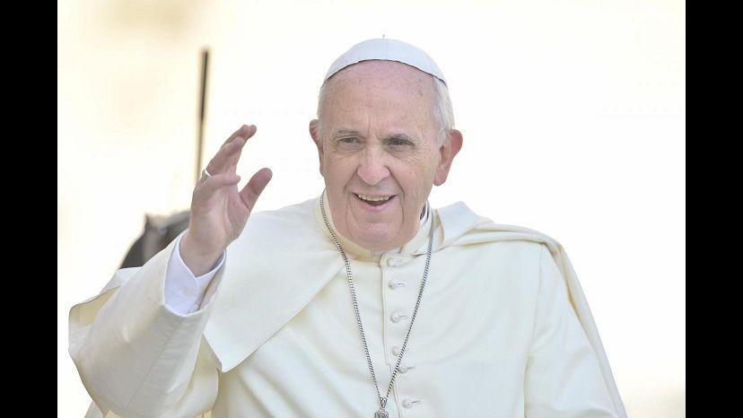 Vaticano, Papa domani compie 79 anni: i fedeli gli cantano tanti auguri