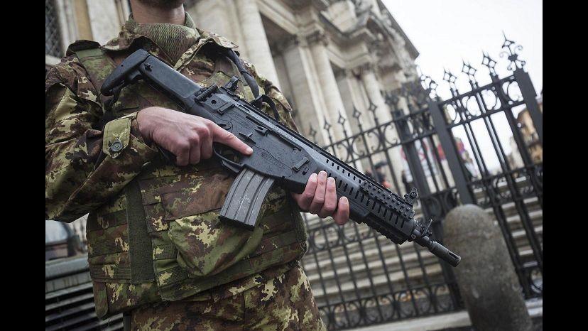 Roma, in due inneggiando ad Allah tentano di disarmare militari di guardia