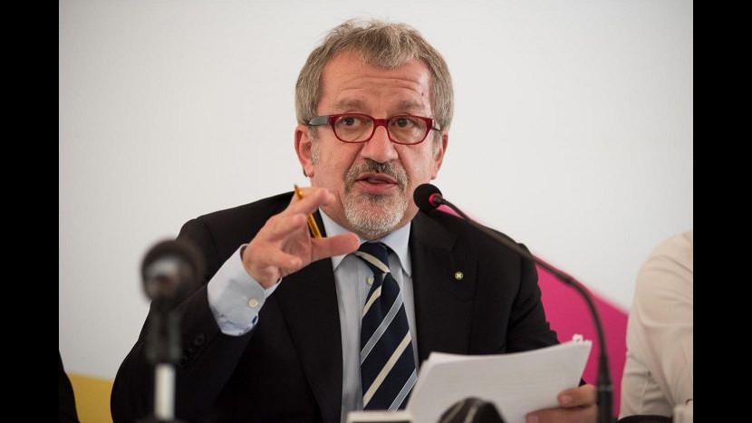Lombardia, Maroni firma accordo su stop spot azzardo su mezzi pubblici