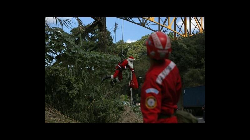 Guatemala, vigile del fuoco 'volante' consegna regali vestito da Babbo Natale