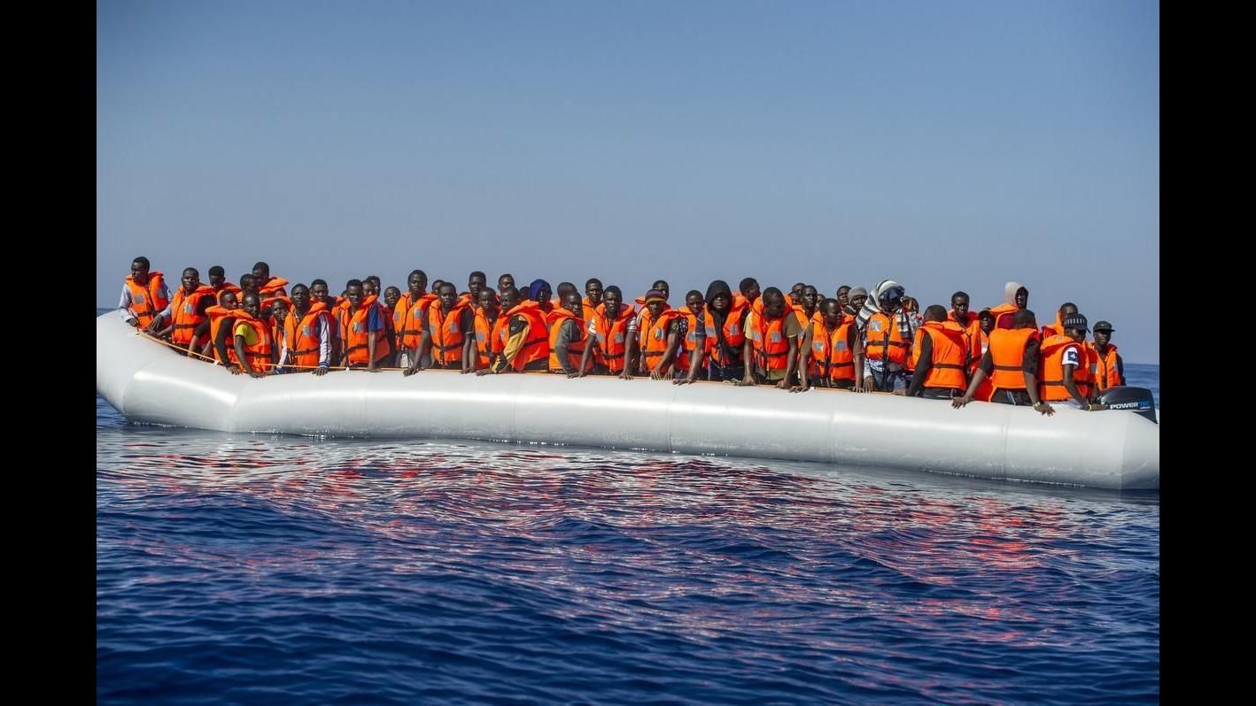 Migranti, soccorsi 104 migranti al largo della Libia