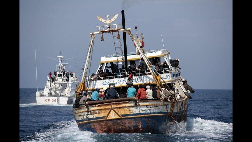 Migranti, oltre 500 sbarcati ad Augusta: c'è anche una salma