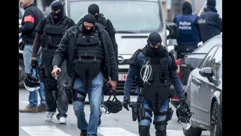 Parigi, raid polizia in due quartieri a Bruxelles: 5 arresti