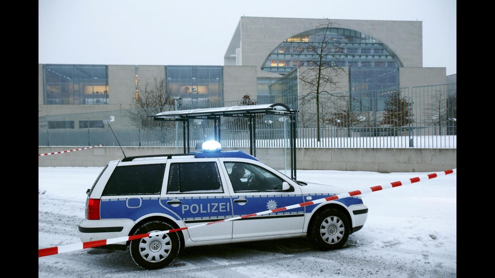 Germania, rientra allarme in ufficio Merkel: nel pacco nulla di sospetto