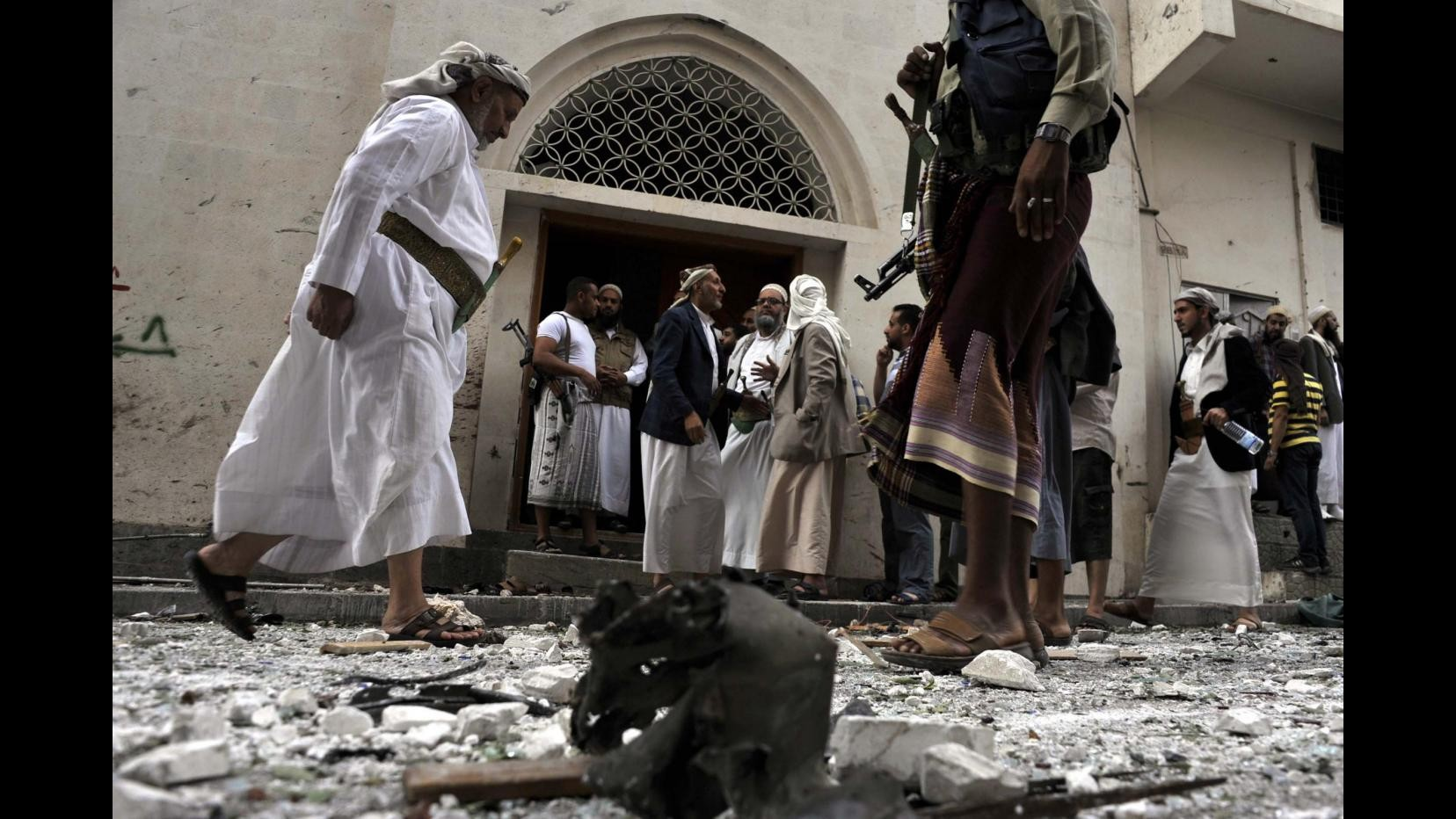 Attaccate moschee sunnite in Iraq. Arabia Saudita blocca voli e scambi con Iran