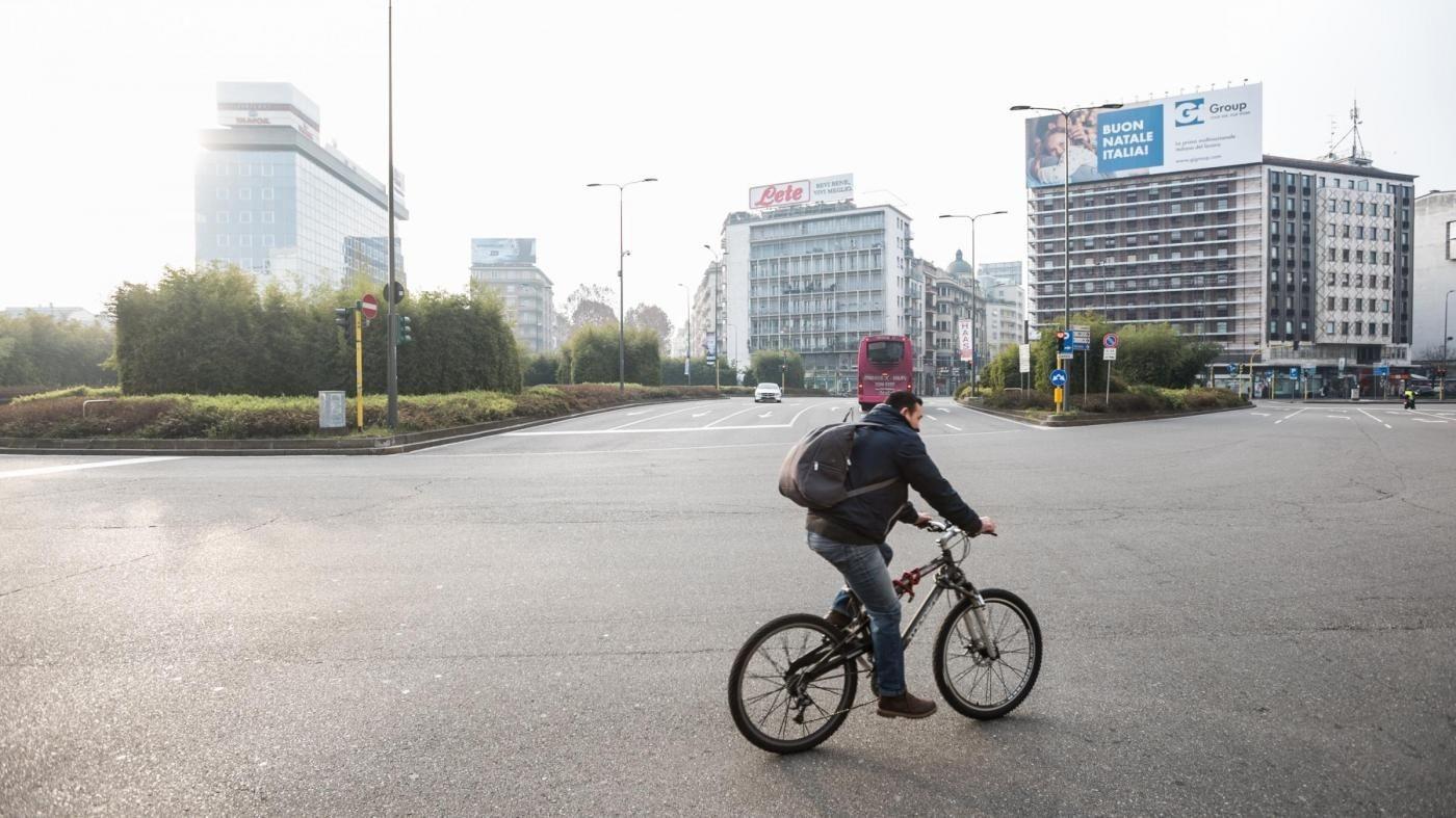 Smog, a Milano valori Pm10 scesi a ridosso dei limiti. A Napoli stop auto per sei giorni