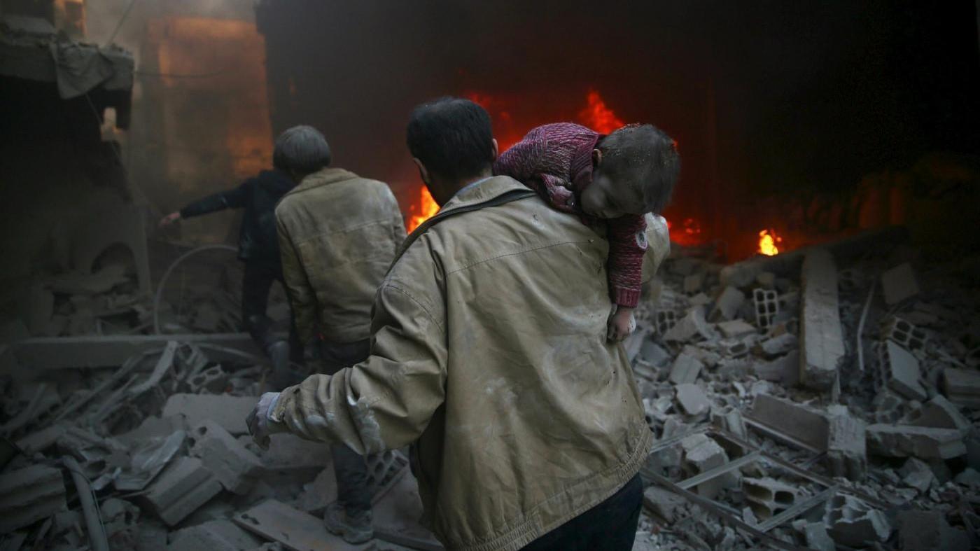 Siria, raid su Aleppo e Idlib: 42 morti, anche 3 fratellini