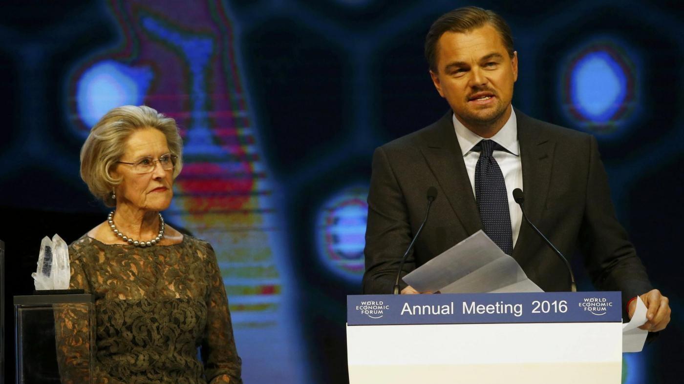 Davos, DiCaprio premiato per suo impegno: attacca avidità aziende