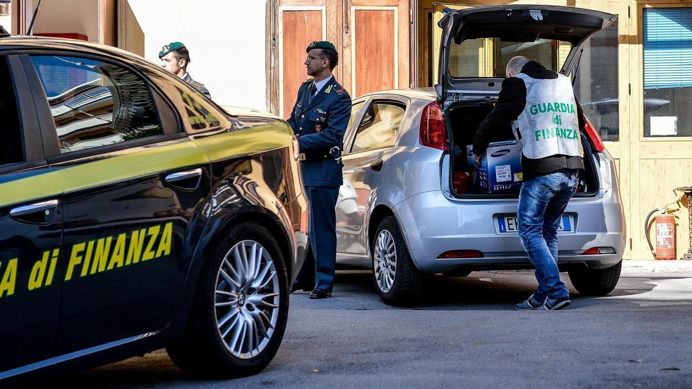 Calcio, inchiesta su evasione e fatture false: 64 gli indagati