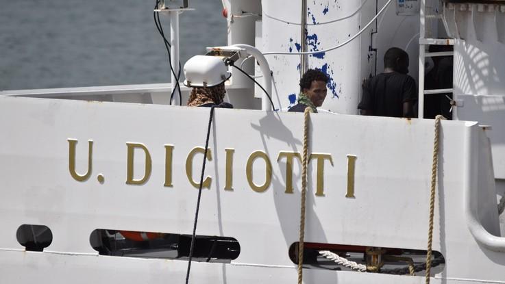 """Diciotti, i migranti in sciopero della fame. Salvini: """"Italiani poveri lo fanno tutti i giorni"""". Ue: """"Basta minacce"""""""