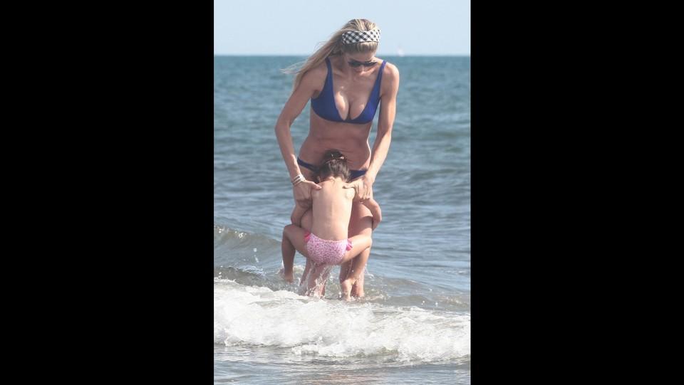 Elena Santarelli al mare con la figlia Greta Lucia ©Paolo Della Bella/LaPresse