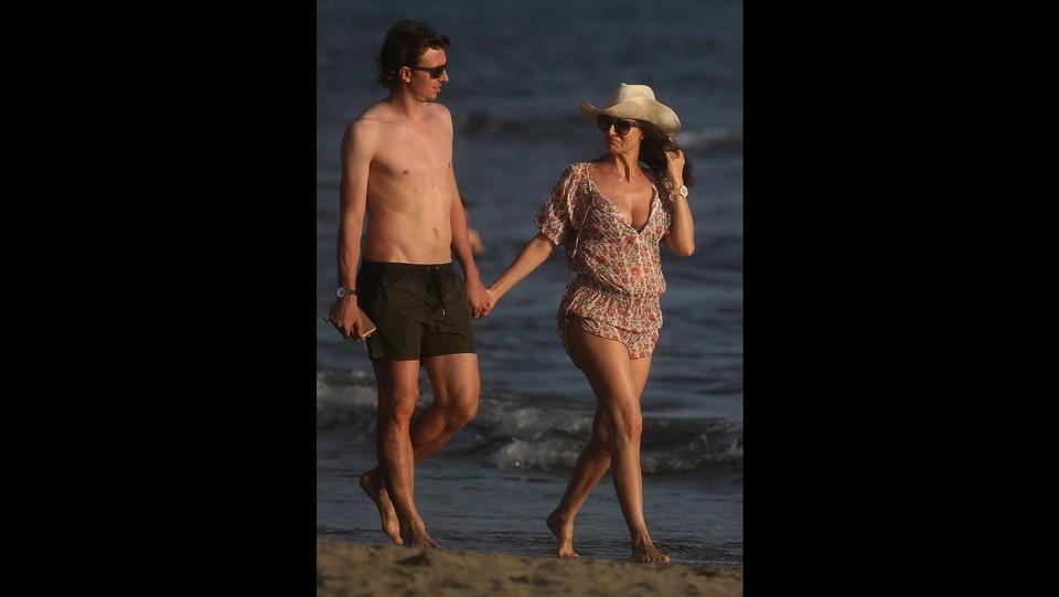 Riccardo Montolivo passeggia sula spiaggia di Marina di Pietrasanta con la moglie ©Photopress/Lapresse