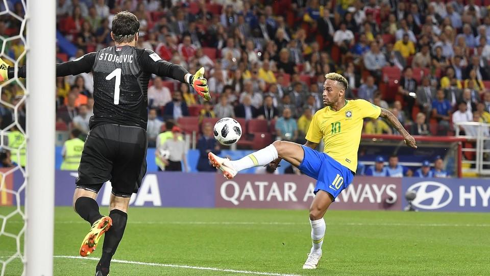 Neymar a contatto con Stojkovic ©Fabio Ferrari/LaPresse