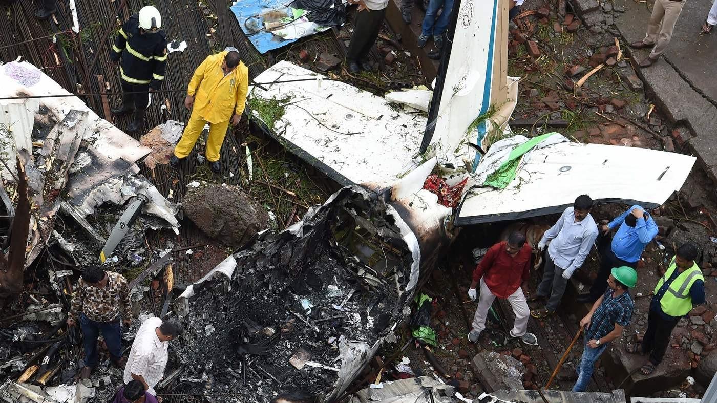 India, le incredibili immagini dell'aereo caduto a Mumbai