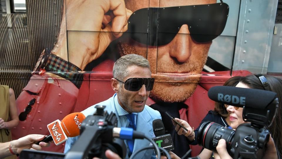 Lapo Elkann accerchiato dai giornalisti ©Piero Cruciatti/LaPresse