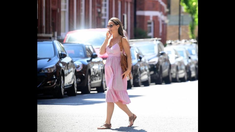 Pippa Middleton con un abitino rosa a passeggio per Londra ©Backgrid Uk/LaPresse