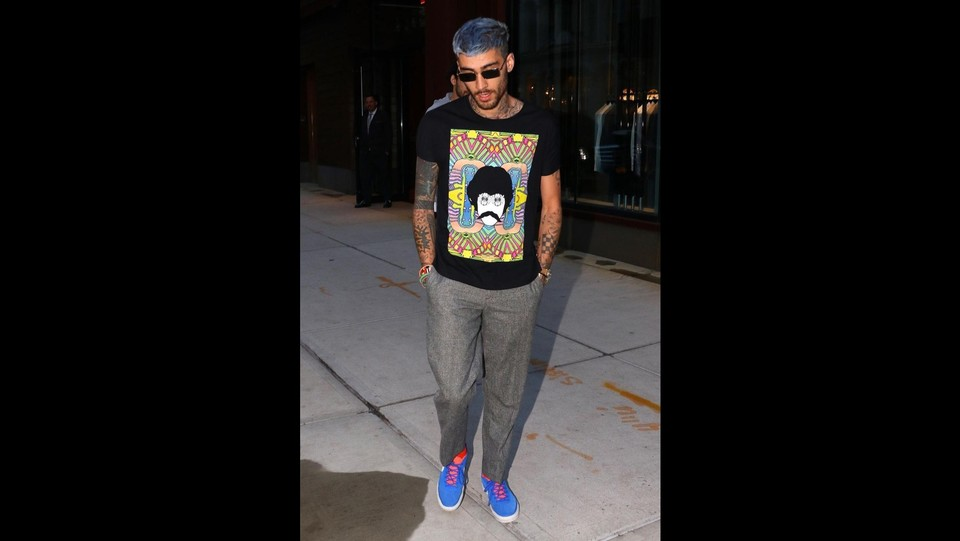 Zayn Malik con capelli azzurri e tshirt dei Beatles ©Backgrid/LaPresse