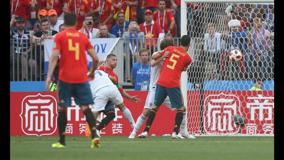 9' Autogol di Ignashevich, la Spagna è in vantaggio: 1-0 ©EXPA/LaPresse