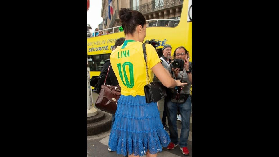 Adriana Lima con la maglia del Brasile ©Backgrid Uk/LaPresse