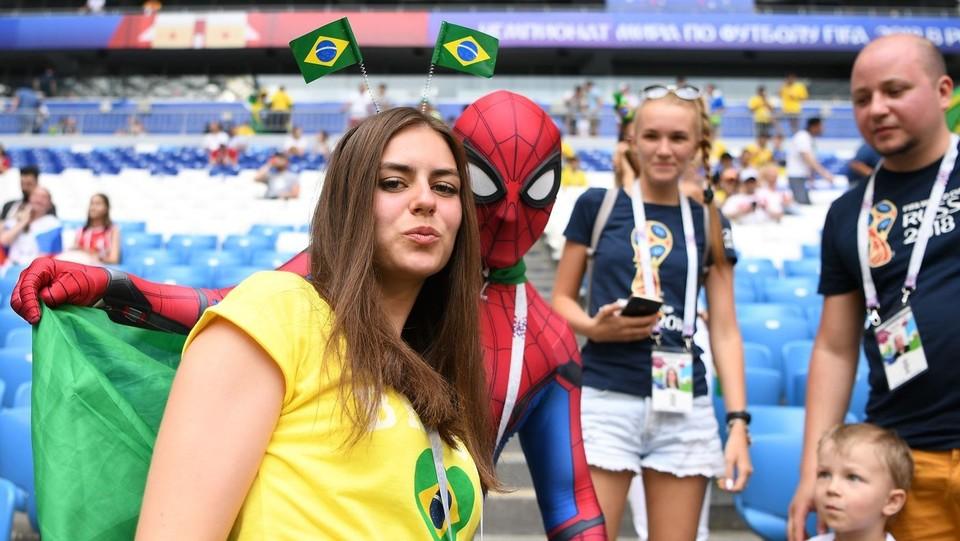 Mondiali Russia 2018, i tifosi in attesa di Brasile vs Messico ©AFP/LaPresse