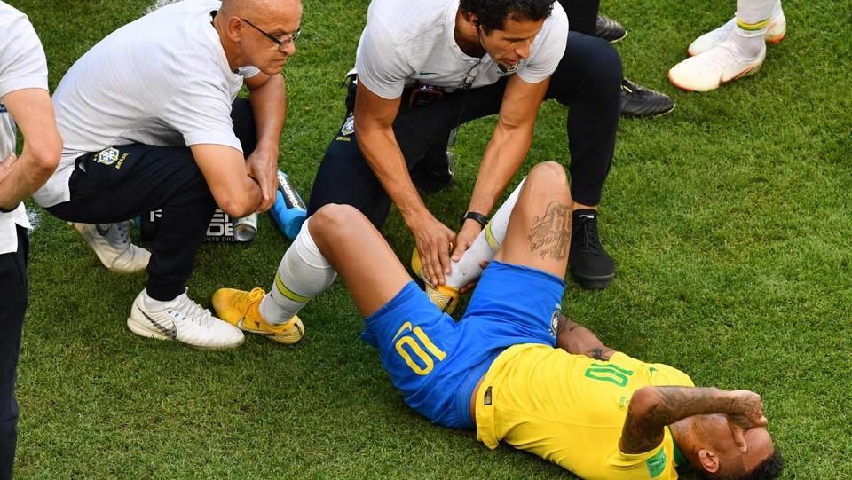 La sceneggiata di Neymar ©AFP/LaPresse