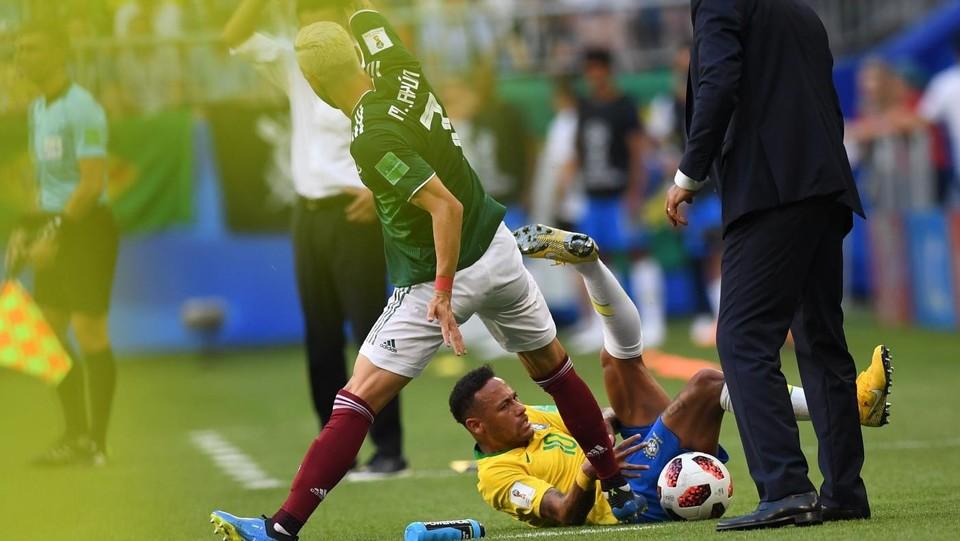 Neymar è caduto lungo la linea laterale per un contrasto con il numero 7 Miguel Layun ©AFP/LaPresse