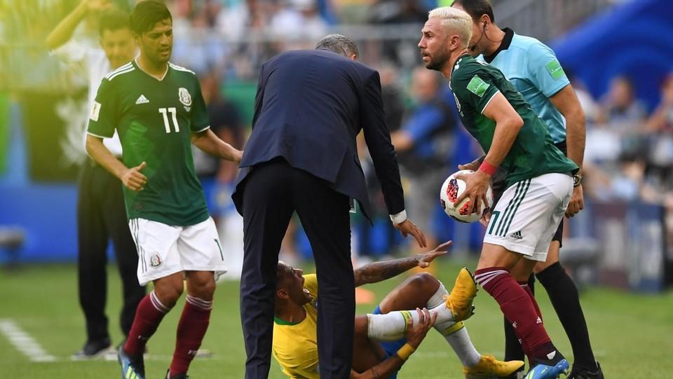 Layun si rialza con il pallone in mano. Qui ha già compiuto il suo gesto: mentre aiutava Neymar ad alzarsi gli ha messo un piede sulla caviglia facendo una lieve pressione ©AFP/LaPresse