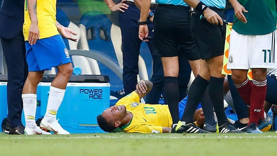Neymar comincia a gridare e a rotolarsi per terra ©AFP/LaPresse
