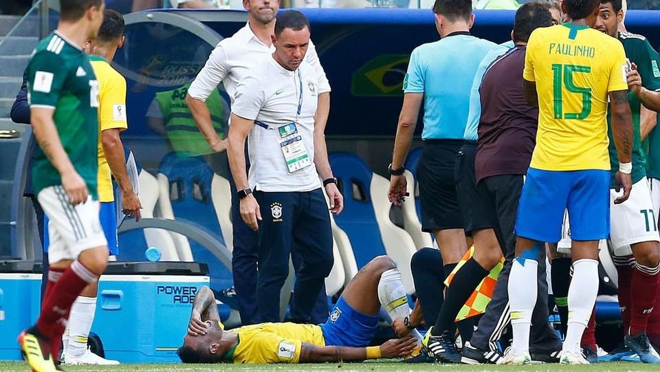 Arrivano medico e massaggiatore brasiliani e arriva Rocchi. Gli stessi sanitari sembrano perplassi ©AFP/LaPresse
