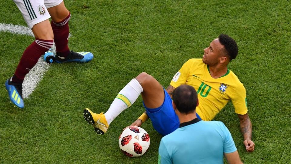 Neymar sta per rialzarsi. Nulla di grave: comincerà a correre come se niente fosse ©AFP/LaPresse