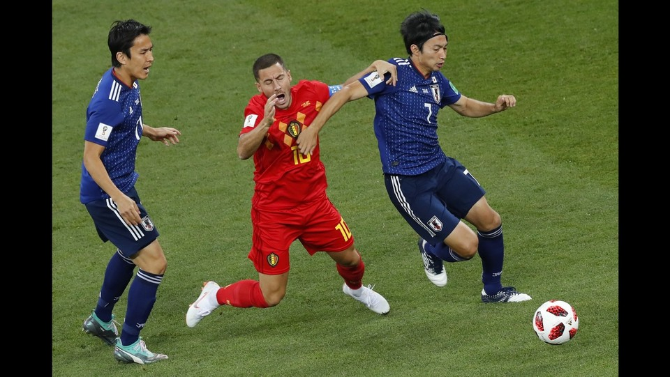 Eden Hazard (Belgio) e Gaku Shibasaki (Giappone) ©AFP/LaPresse