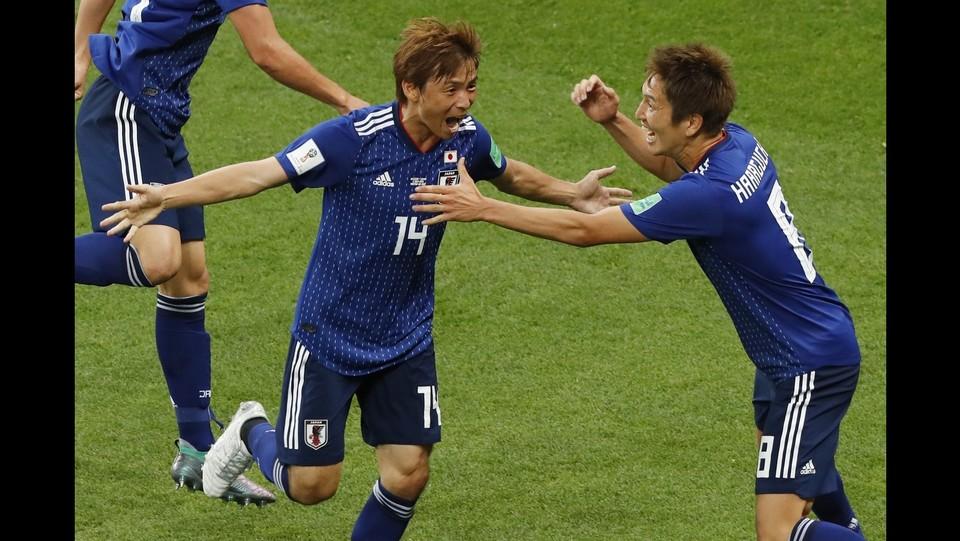 Haraguchi festeggia con i compagni di squadra ©AFP/LaPresse