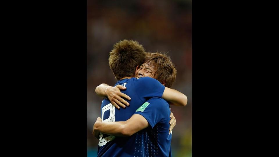 L'abbraccio tra Inui e Haraguchi dopo il secondo gol del Giappone ©AFP/LaPresse