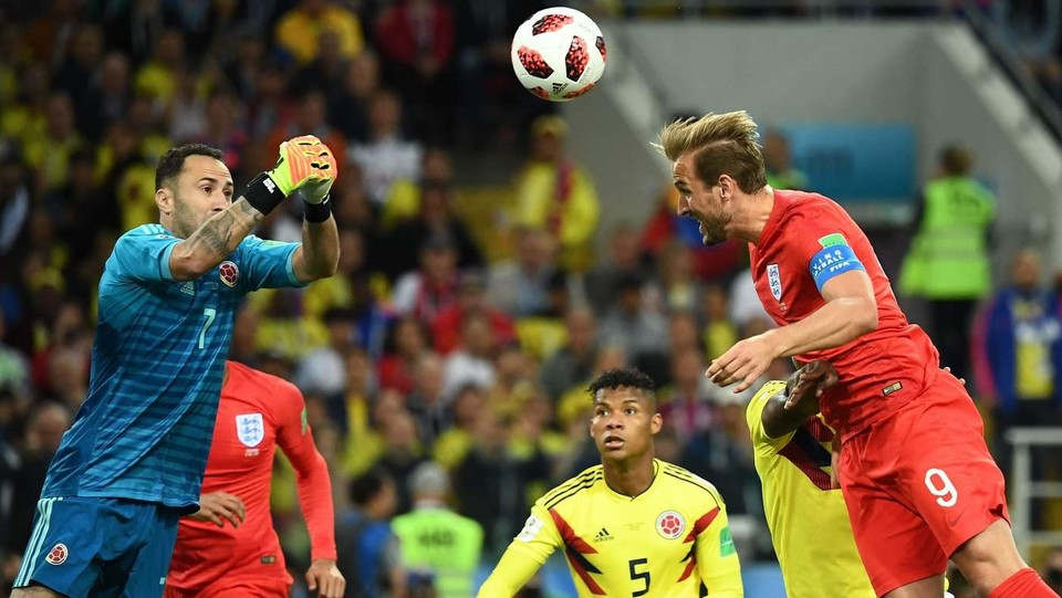 Il portiere della Colombia David Ospina (L) salta per prendere palla colpita dall'attaccante dell'Inghilterra Kane ©AFP/LaPresse