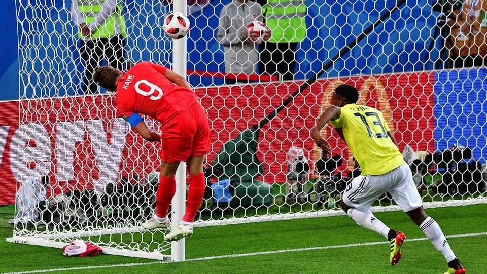 Kane in azione salta il difensore della Colombia Yerry Mina ©AFP/LaPresse