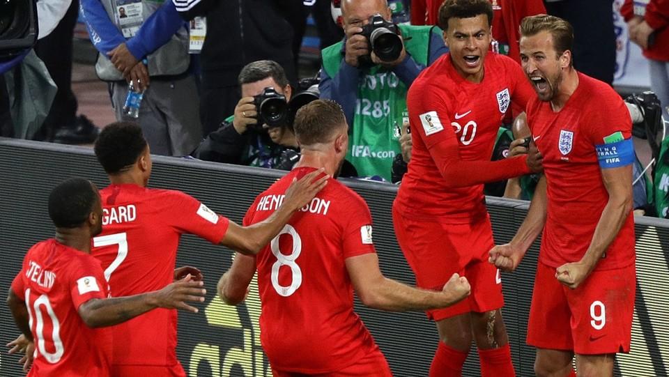 Kane festeggiato dai compagni dopo il gol ©PA/Lapresse