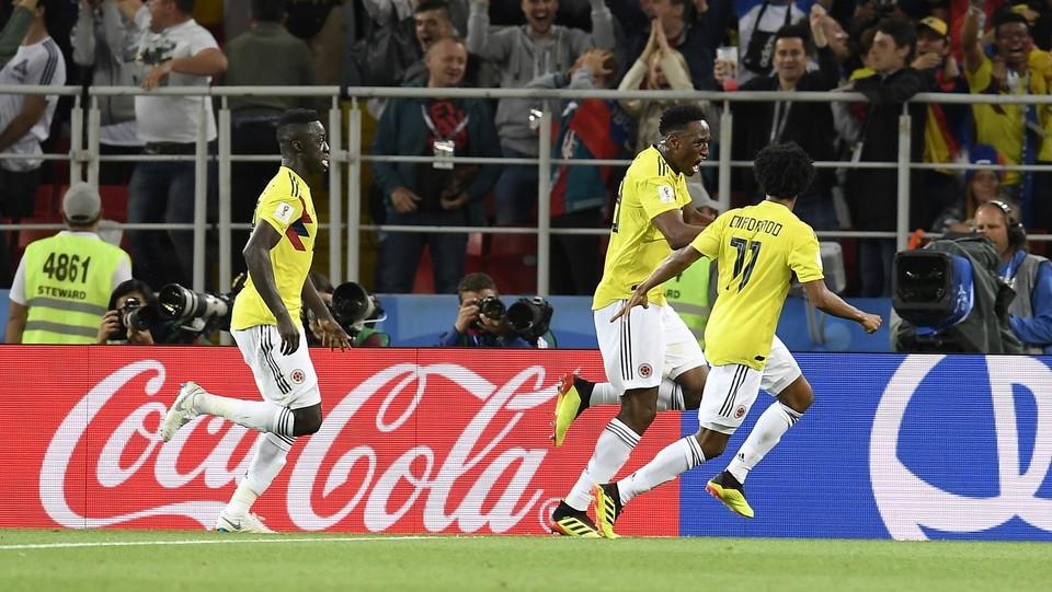 Mina festeggiato dai compagni dopo il gol del pareggio ©Fabio Ferrari/LaPresse