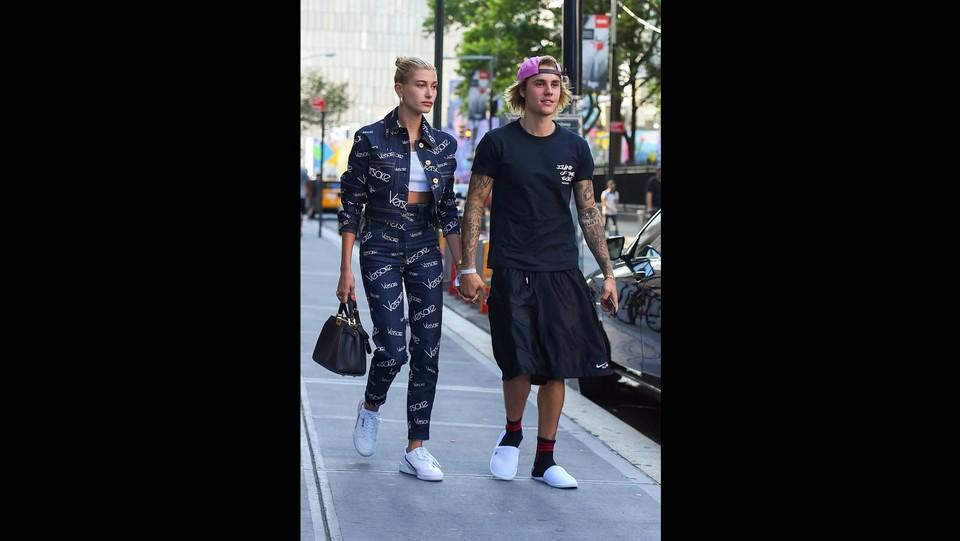 Justin Bieber a passeggio con Hailey Baldwin mano nella mano ©Backgrid/LaPresse