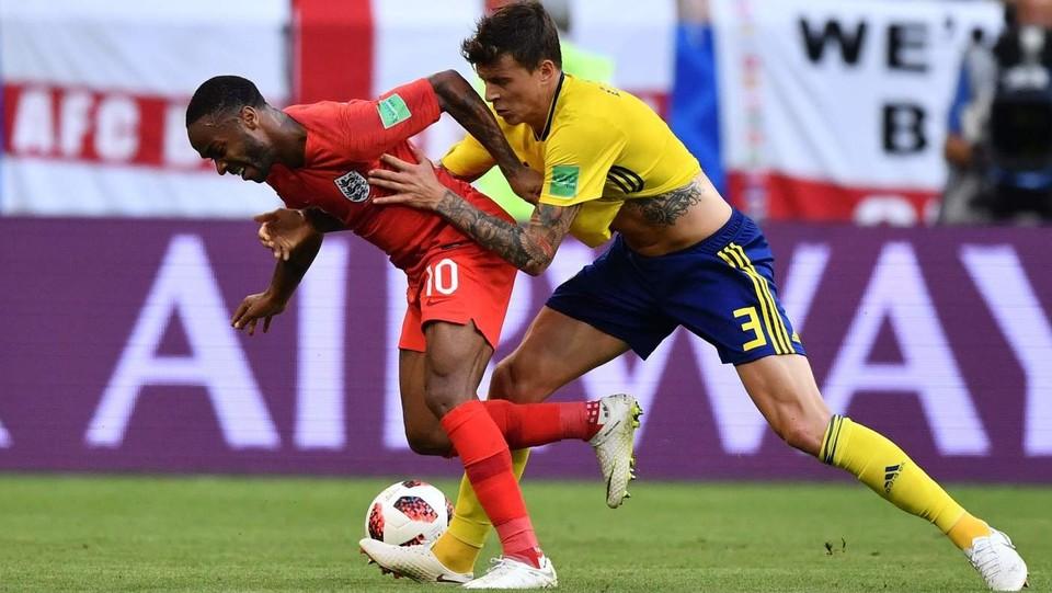L'attaccante dell'Inghilterra Raheem Sterling e il difensore svedese Victor Lindelof ©AFP/LaPresse