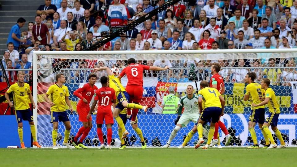 L'inglese Harry Maguire (al centro) segna il primo gol contro la Svezia ©PA/Lapresse