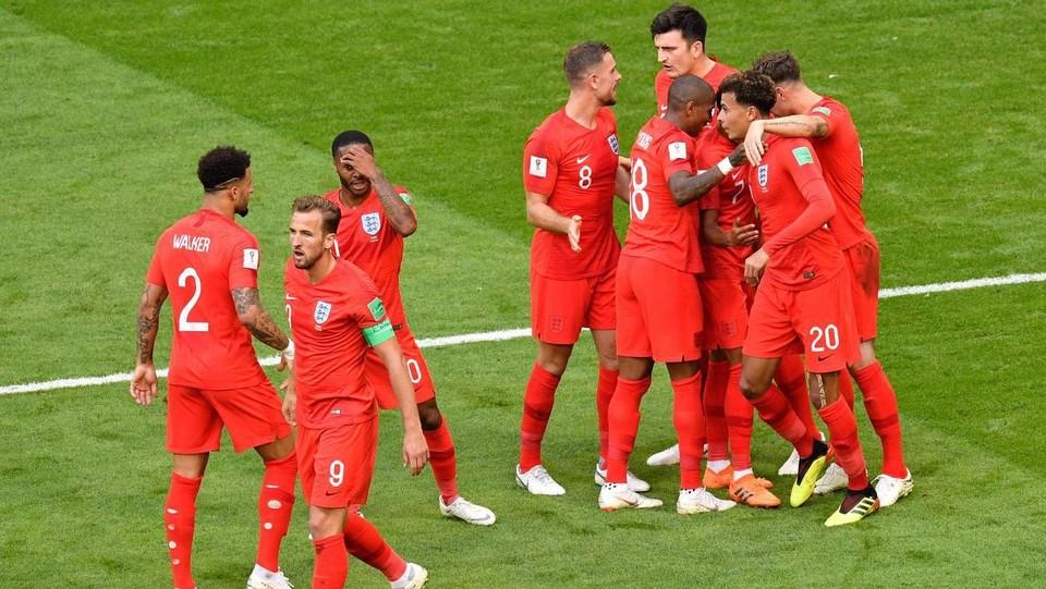 Il centrocampista dell'Inghilterra Dele Alli festeggiato dai compagni di squadra dopo il gol ©AFP/LaPresse