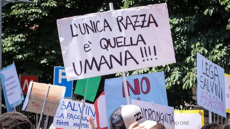 """Razzismo, scontro tra governo e opposizione. Unhcr: """"Preoccupati per attacchi in Italia"""""""