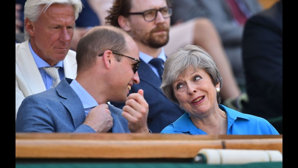 Il principe William parla con il primo ministro britannico Theresa May ©AFP/LaPresse